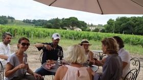 Nhóm du khách Pháp thưởng thức rượu vang tại vùng Saint Émilion