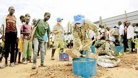 Các chiến sĩ mũ nồi xanh Việt Nam đang làm nhiệm vụ tại Bệnh viện dã chiến cấp 2 số 3 (Bentiu, Nam Sudan)