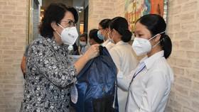 Đồng chí Tô Thị Bích Châu, Chủ tịch Ủy ban MTTQ Việt Nam TPHCM, tặng quà cho tình nguyện viên tôn giáo tham gia chống dịch