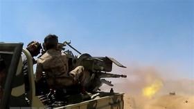Binh sĩ quân đội chính phủ Yemen giao tranh với phiến quân Houthi tại Marib, Yemen, ngày 28-6-2021. Ảnh: AFP/TTXVN