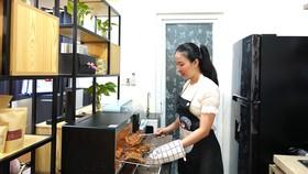 Mỹ Phụng thực hiện món ăn trong gian bếp nhỏ