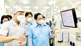 Thủ tướng Phạm Minh Chính thăm dây chuyền sản xuất của Samsung. Ảnh: VIẾT CHUNG