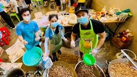 Anh Phạm Hữu Tình (phải) và nhóm nấu cơm thiện nguyện mùa dịch