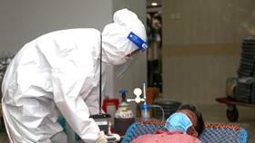Điều trị cho bệnh nhân tại BV Dã chiến thu dung điều trị Covid-19 số 3. Ảnh: HOÀNG HÙNG