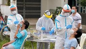 Lấy mẫu xét nghiệm tại phường An Lạc, quận Bình Tân. Ảnh: CAO THĂNG