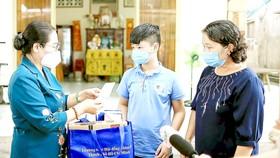 Phó Bí thư Thành ủy, Chủ tịch HĐND TPHCM Nguyễn Thị Lệ thăm và tặng quà trẻ mồ côi tại  xã Tân Thạnh Đông, huyện Củ Chi. Ảnh: DŨNG PHƯƠNG
