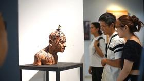 Các tác phẩm điêu khắc ngày càng thay đổi nhiều trong tạo hình, chất liệu (ảnh chụp ở thời điểm dịch bệnh chưa bùng phát trong cộng đồng). Ảnh: ĐINH DUY TÔN