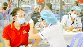 Tiêm vaccine Covid-19 cho người dân tại TPHCM. Ảnh: CAO THĂNG