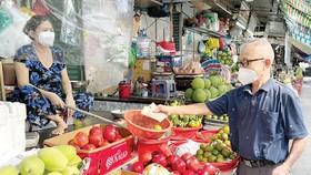Người dân mua hàng ở chợ Bà Chiểu, quận Bình Thạnh, TPHCM vào chiều 5-10. Ảnh: HOÀNG HÙNG