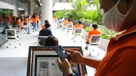 Nhân viên doanh nghiệp trong SHTP thực hiện các biện pháp phòng chống dịch