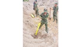 Lực lượng Công binh dùng thiết bị dò tìm vị trí hố chôn tập thể các chiến sĩ hy sinh trong trận đánh chiếm sân bay Tân Sơn Nhất Tết Mậu Thân 1968