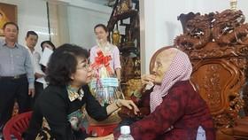 Chủ tịch Ủy ban MTTQ Việt Nam Tô Thị Bích Châu thăm hỏi sức khỏe Mẹ Việt Nam Anh hùng Nguyễn Thị Đời