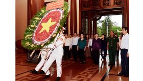 Đoàn đại biểu thành kính dâng lên vòng hoa tươi thắm tỏ lòng biết ơn vô hạn các anh hùng, liệt sĩ tại Đền Bến Dược