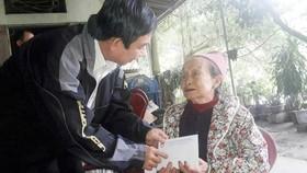 Phó Chủ tịch Ủy ban MTTQ Việt Nam TPHCM Đỗ Trung Tính trao tiền hỗ trợ bà Nguyễn Thị Hường ở tỉnh Hòa Bình có người thân bị lũ cuốn trôi