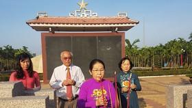 Đồng chí Võ Thị Dung và đoàn lãnh đạo TP dâng hương tại Di tích lịch sử Ngã Ba Giồng