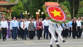 Chủ tịch Quốc hội Nguyễn Thị Kim Ngân viếng đền Bến Dược. Ảnh: VIỆT DŨNG