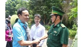 Đoàn đại biểu TPHCM thăm cán bộ, chiến sĩ các lực lượng trên đảo Hòn Khoai