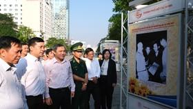 Các đại biểu tham quan triển lãm. Ảnh: VIỆT DŨNG
