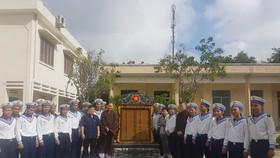 Đại diện Lữ đoàn 146 Trường Sa tiếp nhận bia tưởng niệm 64 liệt sĩ Gạc Ma