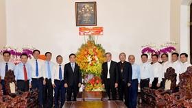 Phó Bí thư Thường trực Thành ủy TPHCM Trần Lưu Quang đến thăm và tặng hoa chúc mừng Tòa Tổng Giám mục giáo phận TPHCM, Tổng Giám mục Giuse Nguyễn Năng. Ảnh: NGUYỄN NHÂN