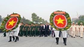 Lãnh đạo TPHCM dâng hương, dâng hoa Chủ tịch Hồ Chí Minh và các anh hùng, liệt sĩ. Ảnh: NGUYỄN NHÂN