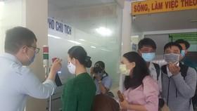 Đo thân nhiệt tại UBND phường Thảo Điền