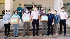Phó Chủ tịch Thường trực Ủy ban MTTQ Việt Nam TPHCM Nguyễn Thành Trung tặng khẩu trang cho người dân phường 14, quận 10