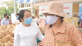 Phó Bí thư Thành ủy TPHCM Võ Thị Dung thăm hỏi người dân đến nhận gạo tại máy ATM gạo miễn phí ở Thủ Đức. Ảnh: CAO THĂNG