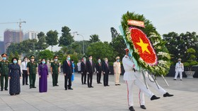 Đoàn lãnh đạo TPHCM dâng hương, dâng hoa tưởng nhớ Chủ tịch Hồ Chí Minh và các anh hùng, liệt sĩ