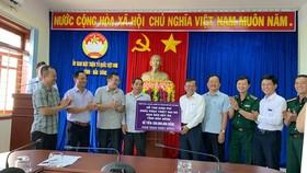 Đoàn trao bảng tượng trưng số tiền 500 triệu đồng hỗ trợ tỉnh Đắk Nông