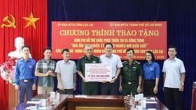 """Trao bảng tượng trưng tặng 600 triệu đồng cho tỉnh Lào Cai trong chương trình """"Mái ấm cho chiến sĩ và người nghèo nơi biên cương"""""""