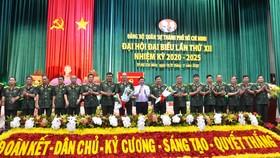 Chủ tịch UBND TPHCM Nguyễn Thành Phong tặng hoa chúc mừng Ban Chấp hành Đảng bộ Quân sự TPHCM lần XII và các đại biểu sẽ tham dự Đại hội Đại biểu Đảng bộ TPHCM lần thứ XI