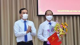 Phó Bí thư Thường trực Thành uỷ TPHCM Trần Lưu Quang trao quyết định cho đồng chí Nguyễn Quyết Thắng. Ảnh: VIỆT DŨNG