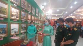 Các đại biểu tham quan hiện vật, hình ảnh tại triển lãm