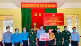 TPHCM thăm, tặng quà lực lượng biên phòng tỉnh Long An tham gia phòng chống dịch Covid-19