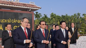 Đoàn lãnh đạo Trung ương và TPHCM dâng hương Di tích Ngã Ba Giồng