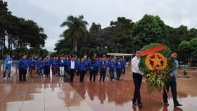 Đoàn cán bộ dân vận tiêu biểu TPHCM dâng hương tại Nghĩa trang liệt sĩ Đắk Lắk