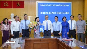 Phó Chủ tịch UBND TPHCM Ngô Minh Châu trao quyết định cho bà Võ Thị Chính. Ảnh: HOÀI NAM