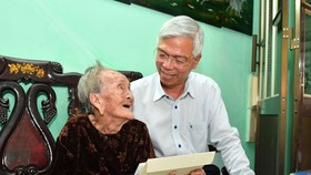 Phó Chủ tịch UBND TPHCM Võ Văn Hoan tặng quà Mẹ Việt Nam anh hùng Lê Thị Hồ ở Nhà Bè. Ảnh: VIỆT DŨNG