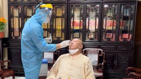 Lấy mẫu xét nghiệm những người có liên quan tại chùa Viên Giác, quận Tân Bình