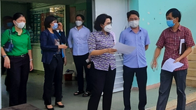 Đoàn kiểm tra khảo sát thực tế địa điểm sân bóng đá Phú Nhuận, số 3 Hoàng Minh Giám, phường 9 (quận Phú Nhuận), dự kiến xây dựng khu cách ly tập trung với hơn 600 người