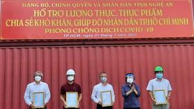 Chủ tịch Ủy ban MTTQ Việt Nam TPHCM Tô Thị Bích Châu gửi thư cám ơn của lãnh đạo Thành ủy TPHCM đến đại diện các doanh nghiệp ủng hộ công tác vận chuyển, tiếp nhận gần 300 tấn hàng hóa