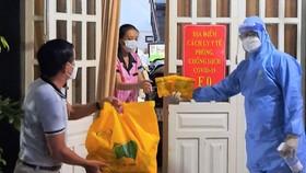 Phó Bí thư Đảng ủy phường 12 (quận 3) Võ Định phát thuốc đến gia đình có người F0 đang cách ly tại nhà