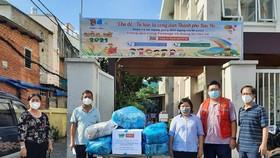 Phó Ban Thường trực Ban Dân vận Thành ủy TPHCM Nguyễn Thị Bạch Mai (bìa trái) trao 200 túi thuốc nghĩa tình đến phường 8, quận 4