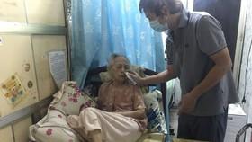 Bà cụ 99 tuổi chiến thắng Covid-19 tại nhà