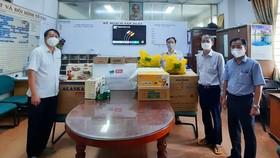 Tiếp nhận hàng hóa do Công ty CP Thực phẩm Bình Tây hỗ trợ