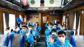 Hơn 600 người dân từ TPHCM và Đồng Nai về quê Tuyên Quang, chiều 14-10-2021. Ảnh: HOÀI NAM