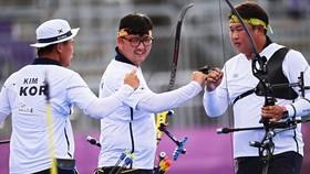 Bộ ba cung thủ Kim Je-deok, Kim Woo-jin và Oh Jin-hyek đã mang về tấm HCV thứ 3 cho đoàn thể thao Hàn Quốc
