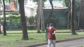 Người dân tham gia đi bộ ở công viên Tao Đàn vào buổi sáng 1-10. Ảnh: NGUYỄN ANH