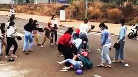 Hai nhóm nữ sinh đánh nhau được đăng tải trên mạng xã hội